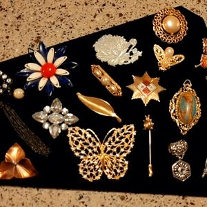 Brooches, pins and pendant lot